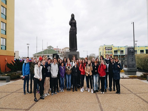 COX+AND+SALIER+Gymnasium+students+visit+the+Norwegian+Lady+statue+at+the+Oceanfront.+The+exchange+group+toured+the+Oceanfront+and+the+Virginia+Aquarium+and+Marine+Science+Museum+on+Tuesday+Apr.+2.+