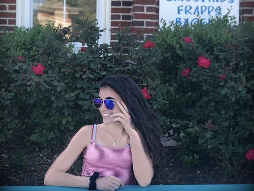 SENIOR+ABBY+VALENTIN+smiles+in+front+of+Island+Perk+Coffee+shop+in+Manteo%2C+NC.+She+spent+her+break+with+friends+at+the+coastal+town.